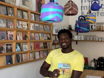 Oumar Fall en el establecimiento Ndar Ndar Music Café de Saint Louis.