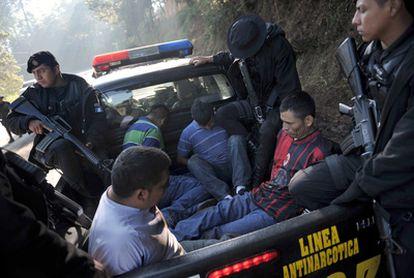 La policía de Guatemala custodia a cuatro sospechosos del cartel de narcotráfico de Los Zetas, tras ser detenidos.