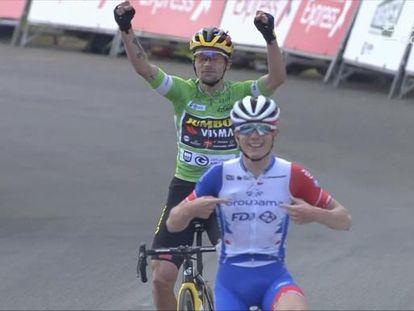 Gaudu cruza la meta seguido de Roglic en la última etapa de la Itzulia este sábado.