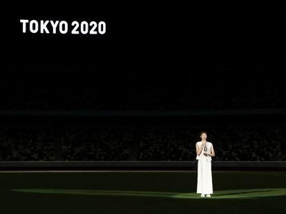 La nadadora japonesa Rikako Ikee, con la antorcha olímpica en el Estadio de Tokio.