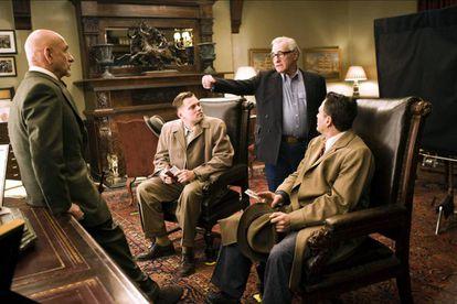 Martin Scorsese explica la escena final a los protagonistas de 'Shutter Island'.