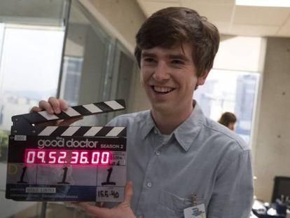 El actor de 'The Good Doctor', Freddie Highmore, el pasado domingo en Vancouver, Canadá. En vídeo, trailer de la serie.