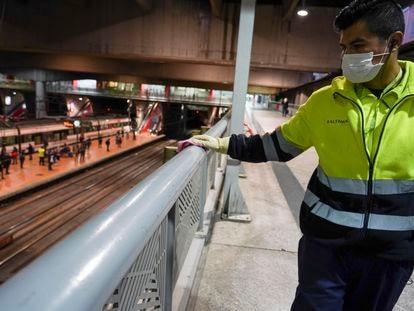 Un trabajador limpia en la estación de Atocha de Madrid como prevención frente a la Covid-19.
