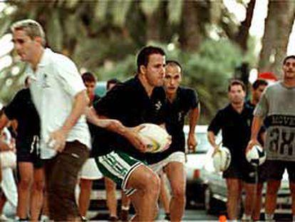 Integrantes del equipo de rugby Akras, ayer, en un entrenamiento en las calles de Alicante.