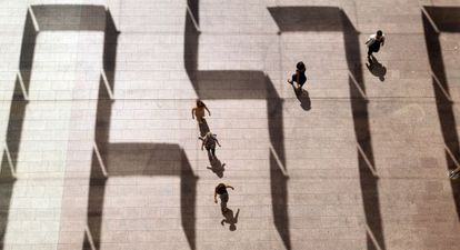 Un laberinto de sombras a la entrada del Centro de Cultura Contemporánea de Barcelona (CCCB) con motivo de la exposición 'Por laberintos'.
