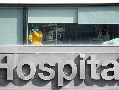 Personal sanitario atiende a un paciente en la UCI del hospital La Paz de Madrid, este martes.