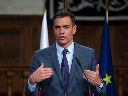 El presidente del Gobierno, Pedro Sánchez, en la rueda de prensa posterior a la XIII Cumbre Hispano-Polaca, este lunes en Alcalá de Henares (Madrid).