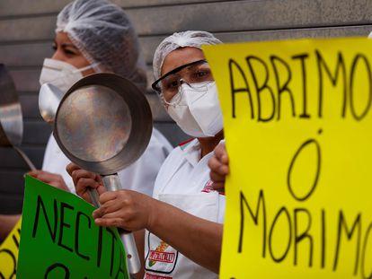 Trabajadores de restaurantes protestan para solicitar al Gobierno que se les permita el ingreso de comensales a sus establecimientos ante la crisis económica provocada por la emergencia sanitaria de la covid.