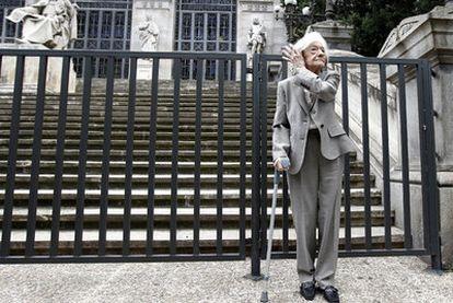 Ana María Matute, ayer ante la escalinata de la Biblioteca Nacional.
