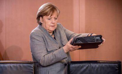 La canciller alemana, Angela Merkel, llega a una reunión en Berlín, este lunes.