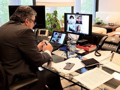 El ministro de Cultura y Deporte, José Manuel Rodríguez Uribes, en una de sus reuniones con 30 representantes del mundo de la cultura.
