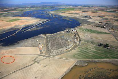 Vista aérea de la ciudad fortificada de Calatrava la Vieja, y en un círculo marcado el lugar donde se halló el primer tesoro en 1960.