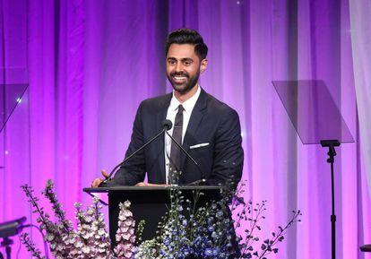 Hasan Minhaj pronuncia un discurso en una gala en Beverly Hills (California) el pasado mes de noviembre.