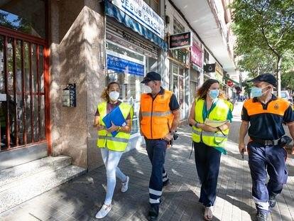 Dos de los equipos que realizan control domiciliario de los positivos por covid en Zaragoza.