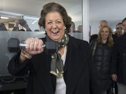 La alcaldesa de Valencia en el gimnasio del nuevo retén de Policía Local y Bomberos de Ciutat Vella.