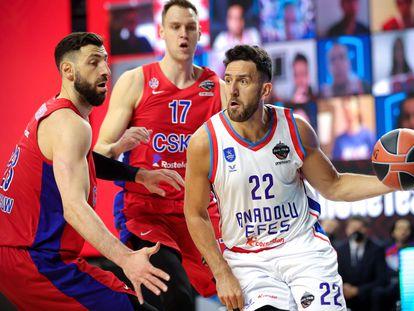 Micic intenta rebasar a Shengelia durante el partido entre el Efes y el CSKA.