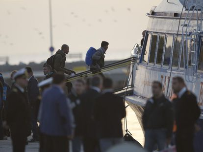Migrantes montan en un ferry en Mytilini, Lesbos, camino de Turquía.