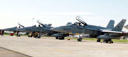 Miembros de la fuerza aérea española junto a un F-18 en una base italiana.