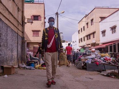 Ibrahim Barry, de 17 años, camina por el barrio de Takadúm, en Rabat, esta semana.