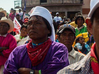 Habitantes indígenas de Chihuahua en un acto de campaña de López Obrador, en abril.