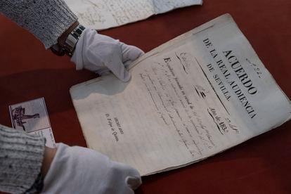 Acuerdo de la Real Audiencia de Sevilla de 1833 en la que niega al obispo de Cádiz su petición para sepultar en la cripta de la nueva catedral a varias personas en plena epidemia de cólera morbo.