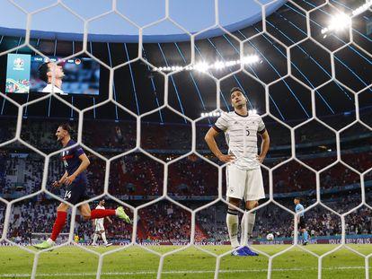 El defensa alemán Hummels se lamenta tras su gol en propia puerta.