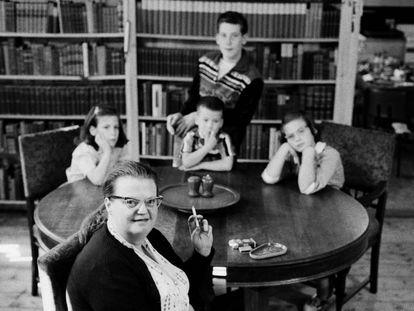 La escritora estadounidense Shirley Jackson con sus cuatro hijos, en su casa en 1956.
