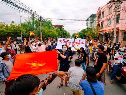 Protestas este lunes en las calles de Mandalay, en Myanmar.