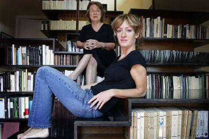 Las editoras Esther Tusquets, al fondo, y su hija Milena Busquets, en su casa de Barcelona en 2005.
