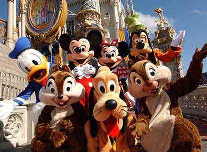 Los más famosos personas de Disney dan la bienvenida al parque.