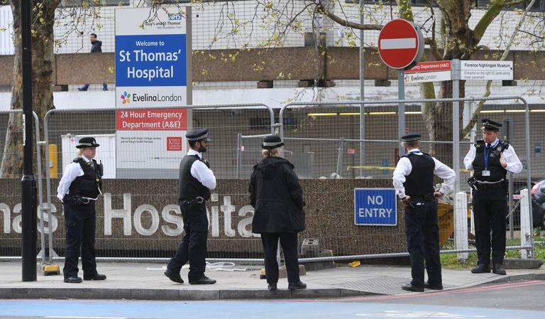 Un grupo de policías este lunes en los alrededores del Hospital St. Thomas, en Londres, donde Boris Johnson permanece ingresado