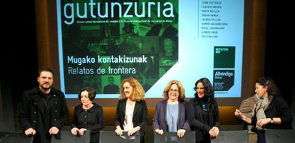 Desde la izquierda, Uribe, Müller, la teniente de alcalde bilbaína Ibone Bengoetxea, Blanco, Cacho y la directora de la Alhóndiga, Lourdes Fernández, en la presentación del festival Gutun Zuria.