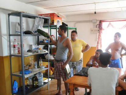 Jornaleros búlgaros de la empresa Campos de Lepe en las viviendas.