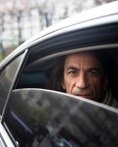 Didier Lemaire, antiguo profesor de Filosofía, hoy bajo protección policial, en el coche donde viaja con dos agentes.