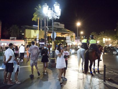 Un grupo de personas en Puerto Banús (Marbella) el pasado mes de agosto.