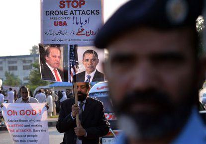 El líder de la minoría cristiana de Pakistán posa con una pancarta en una protesta en Islamabad contra la política de ataques con drones de Barack Obama y Nawaz Sharif.
