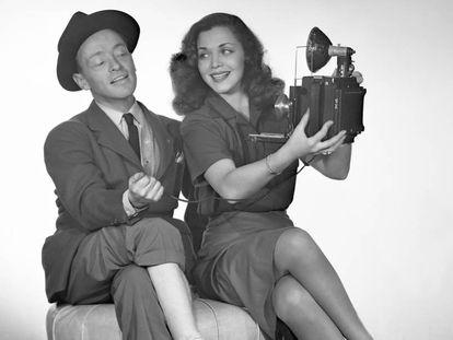 Carol Bruce con su agente de prensa.