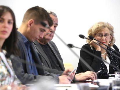 Carmena, al fondo, durante una Comisión de Cultura.