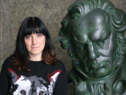 Judith Colell, junto a la reproducción de un Goya, en la Academia de Cine.