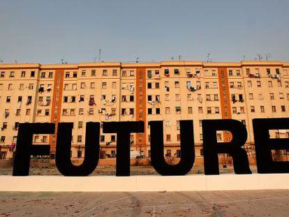 La obra 'Future', de Santiago Sierra, ardió ayer en un solar de El Cabanyal.