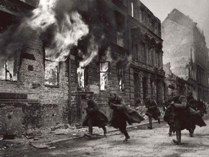 Soldados soviéticos en el Frente del Este. Finales de 1943. (Del libro 'La Segunda Guerra Mundial. Imágenes para la historia'. Paco Elvira. Prólogo de Jorge M. Reverte. Lunwerg, 2012)