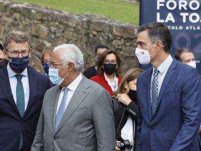El presidente de Galicia, Alberto Núñez Feijóo, el primer ministro de Portugal, António Costa, y el presidente español, Pedro Sánchez (de izquierda a derecha), este viernes en A Toxa (Pontevedra).