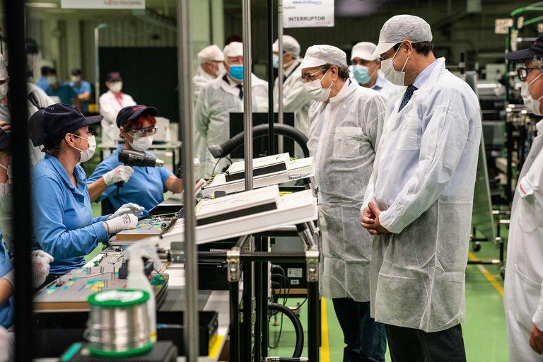 El presidente andaluz, Juanma Moreno, en una visita a la sede de Fujitsu en Málaga, que fabrica respiradores.