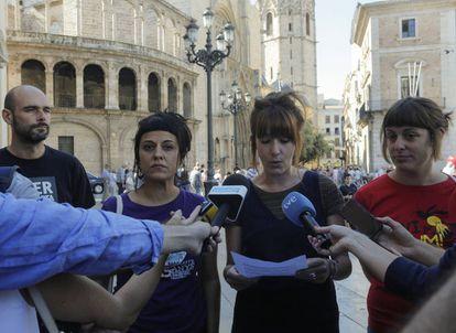 La diputada de la CUP Anna Gabriel con miembros de la izquierda nacionalista en el acto de apoyo a la consulta independentista.organizado en Valencia.