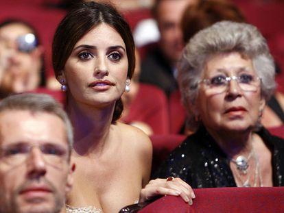 Penélope Cruz y Pilar Bardem escuchan las palabras de Javier Bardem al recibir el premio a la mejor interpretación masculina por 'Biutiful' en el Festival de Cine de Cannes, en 2010, que les dedicó a las dos.