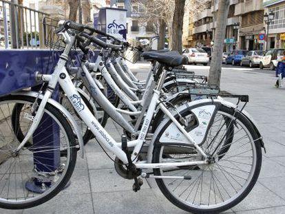 Bicicletas de alquiler estacionadas en Alicante.