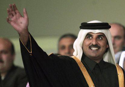 El jeque Tamim de Qatar saluda durante los Juegos Panárabes de 2011.