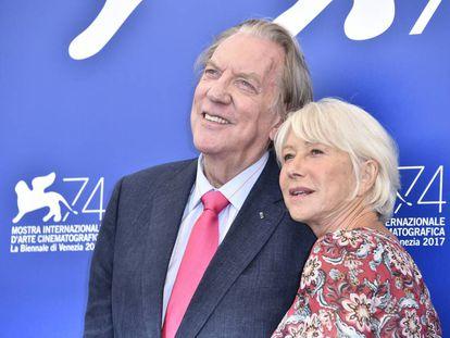 Donald Sutherland y Helen Mirren posan en la presentación de 'The Leisure Seeker (Ella & John)'.