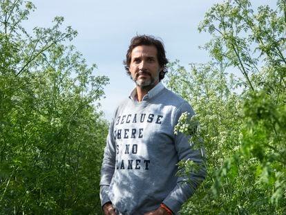 El fundador de la firma, Javier Goyenche, durante la recogida de residuos en el entorno del río Jarama