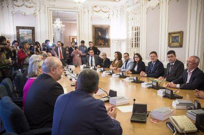 Los expertos, a la izquierda, presentan su informe sobre la nueva Ràdio Televisió Valenciana a la Mesa de las Cortes y al presidente Ximo Puig.